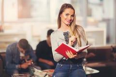 Estudiante joven hermoso con el libro Foto de archivo libre de regalías