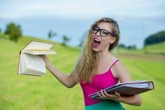Estudiante joven hermoso hacia fuera en el verde Imagen de archivo libre de regalías