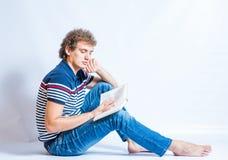 Estudiante joven hermoso que lee un libro Imagen de archivo libre de regalías