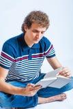 Estudiante joven hermoso que lee un libro Imagenes de archivo
