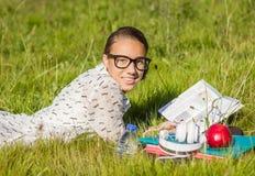 Estudiante joven hermoso que lee un libro en el parque Imagen de archivo