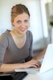 Estudiante joven hermoso que trabaja en el ordenador portátil Fotos de archivo