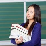Estudiante joven pensativo en sala de clase Foto de archivo libre de regalías