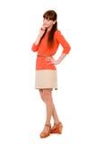 Estudiante joven pensativo en un vestido anaranjado Foto de archivo