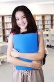 Estudiante joven precioso de la High School secundaria en biblioteca Fotos de archivo