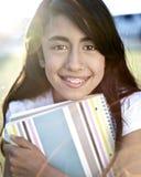 Estudiante joven que abraza la educación foto de archivo libre de regalías