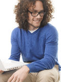 Estudiante joven que aprende en el ordenador portátil en casa Imagen de archivo