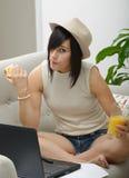 Estudiante joven que come una manzana Fotos de archivo