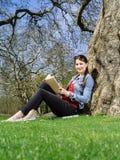 Estudiante joven que estudia afuera Fotos de archivo