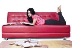 Estudiante joven que estudia en el sofá Imagen de archivo