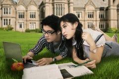 Estudiante joven que hace la preparación en naturaleza Imágenes de archivo libres de regalías