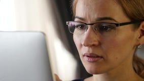 Estudiante joven que hace una comunicación video en la tableta de la PC con los amigos Cámara lenta almacen de video