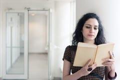 Estudiante joven que lee un libro Fotografía de archivo