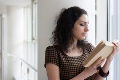 Estudiante joven que lee un libro Fotografía de archivo libre de regalías