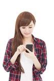 Estudiante joven que mira el teléfono elegante Imagen de archivo