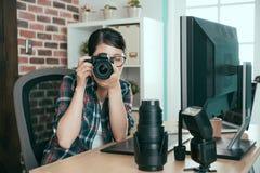 Estudiante joven que sostiene la cámara profesional fotografía de archivo