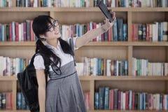 Estudiante joven que toma el autorretrato Foto de archivo