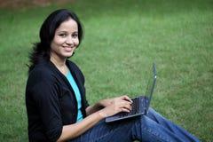 Estudiante joven que trabaja con la tableta Fotos de archivo libres de regalías