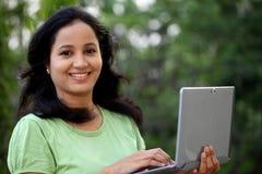Estudiante joven que trabaja con la tableta Fotos de archivo