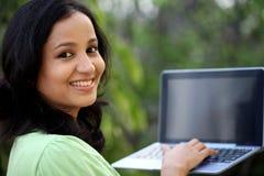 Estudiante joven que trabaja con la tableta Fotografía de archivo