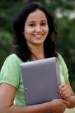 Estudiante joven que trabaja con la tableta Imagen de archivo