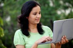 Estudiante joven que trabaja con la tableta Imágenes de archivo libres de regalías