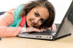 Estudiante joven que trabaja en un ordenador portátil Fotografía de archivo libre de regalías