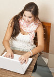 Estudiante joven que usa su computadora portátil en el país Imagen de archivo