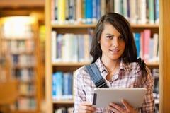 Estudiante joven que usa un ordenador de la tablilla Foto de archivo libre de regalías