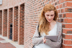 Estudiante joven que usa un ordenador de la tablilla Imagenes de archivo