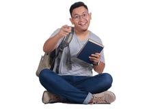 Estudiante joven Reading Book, gesto sonriente feliz Fotos de archivo libres de regalías