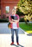 Estudiante joven serio o triste en campus universitario Foto de archivo