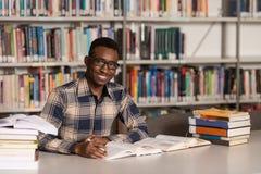 Estudiante joven Studying At College Imagen de archivo