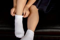 Estudiante joven Wearing White Socks de la colegiala imagenes de archivo