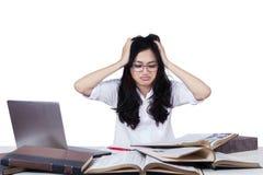 Estudiante largo del pelo con muchos libros de texto Fotos de archivo