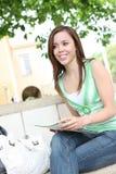 Estudiante linda en banco en la escuela Fotografía de archivo