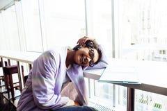 Estudiante linda joven del inconformista que se sienta en café con el cuaderno con referencia a Imágenes de archivo libres de regalías