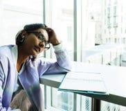 Estudiante linda joven del inconformista que se sienta en café con el cuaderno con referencia a Imagen de archivo libre de regalías