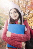 Estudiante lindo con el suéter en el parque del otoño Fotos de archivo