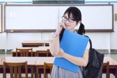 Estudiante lindo de la High School secundaria con la carpeta en clase Foto de archivo