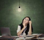 Estudiante lindo que estudia debajo de la lámpara Imagen de archivo