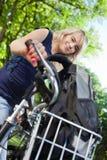 Estudiante lindo que se coloca con su bici imagen de archivo