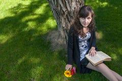 Estudiante lindo que se relaja en parque de la ciudad Imagen de archivo