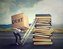 Estudiante Loan Debt Mujer con la deuda pesada de la caja que lo lleva encima de escalera de la educación Fotografía de archivo libre de regalías