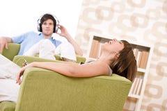 Estudiante - los adolescentes felices escuchan el goce de la música Fotografía de archivo libre de regalías