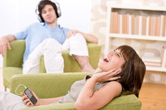 Estudiante - los adolescentes felices escuchan la música Fotografía de archivo libre de regalías