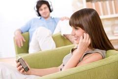 Estudiante - los adolescentes felices escuchan la música Imágenes de archivo libres de regalías