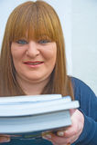 Estudiante maduro con los libros. Imagen de archivo