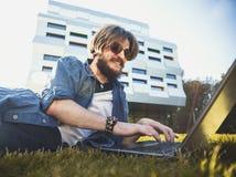 Estudiante Man Typing On el ordenador portátil fotografía de archivo libre de regalías