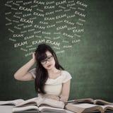 Estudiante mareado que se prepara para el examen foto de archivo libre de regalías